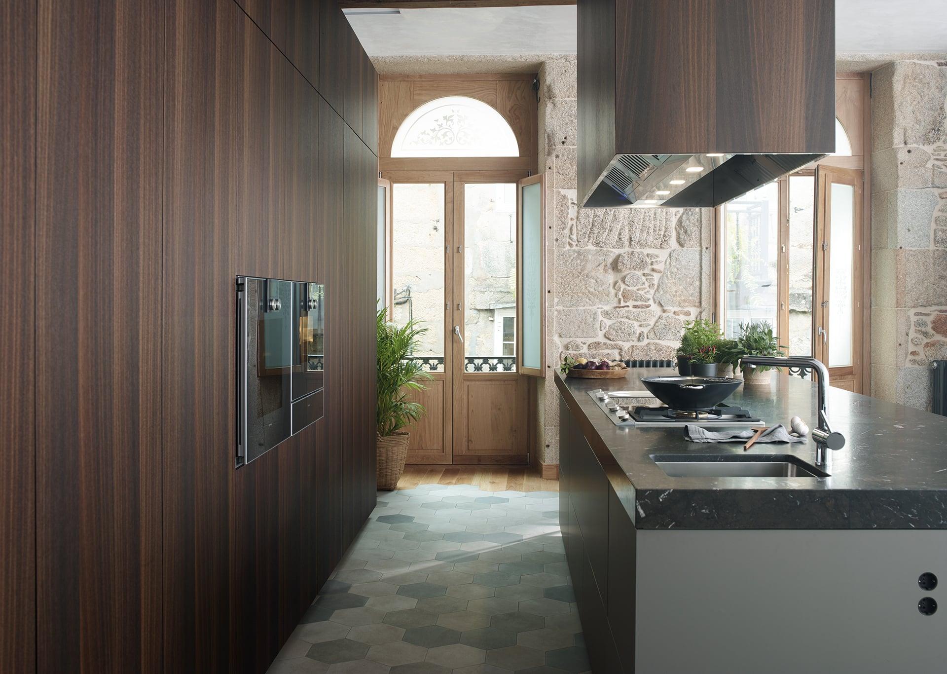 Cocina con isla, mesa y vitrina