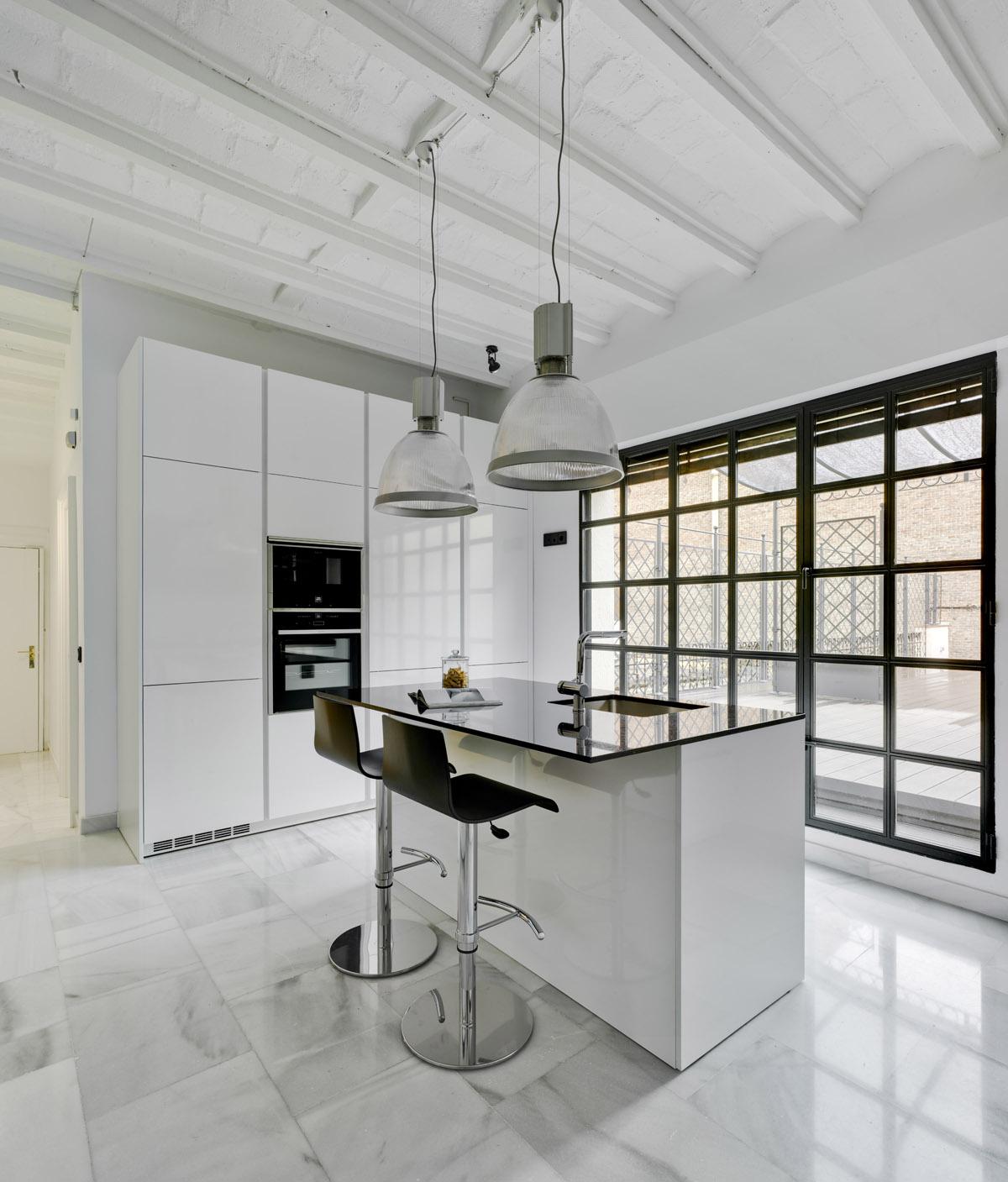 Serenidad y equilibrio en una elegante cocina docrys cocinas - Luz para cocinas ...
