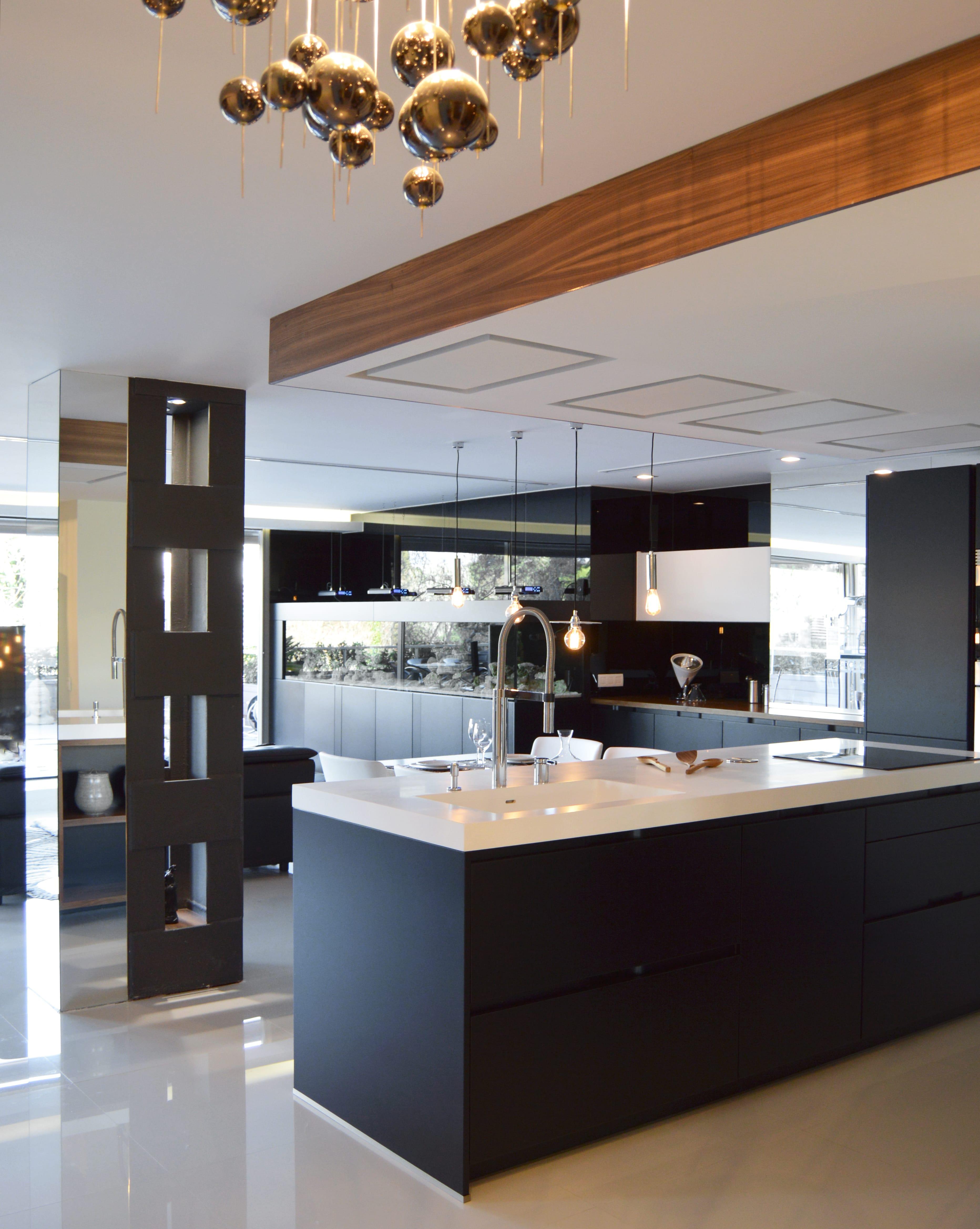 Cocina en negro mate y toques de madera docrys cocinas for Cocina de madera antracita
