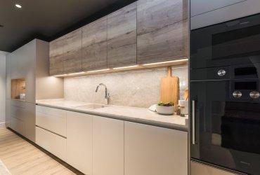 Cocina Santos blanca, gris y roble , frente muebles altos y bajos