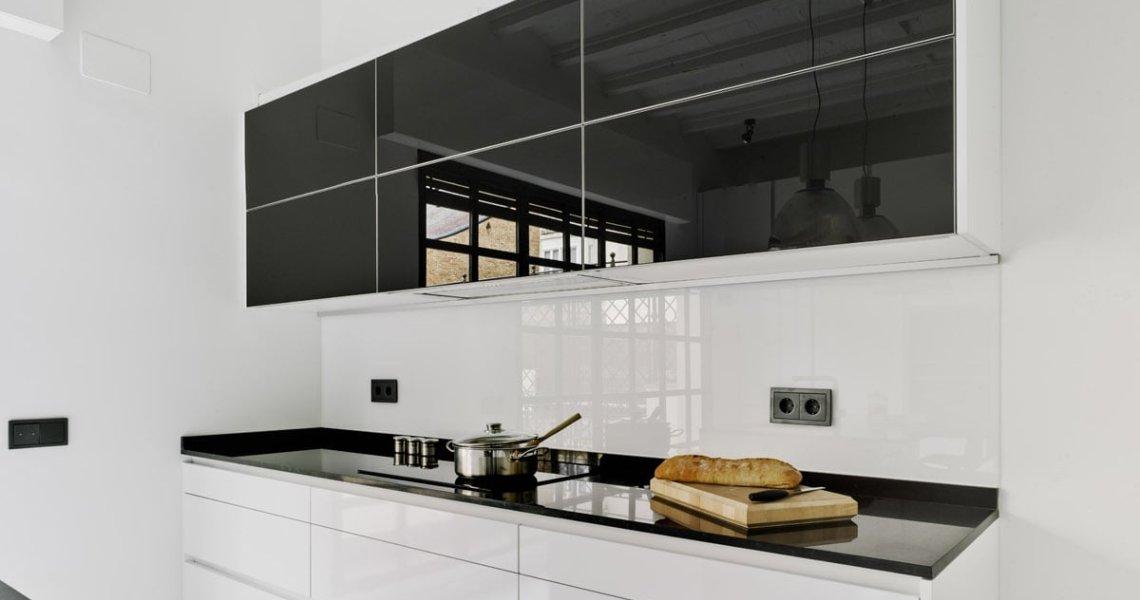 Proyecto y reforma de cocina moderna en blanco y negro: Formas equilibradas y homogéneas en tu cocina