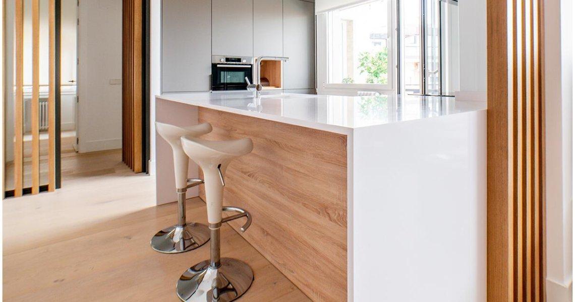 Isla de cocina en blanco y madera