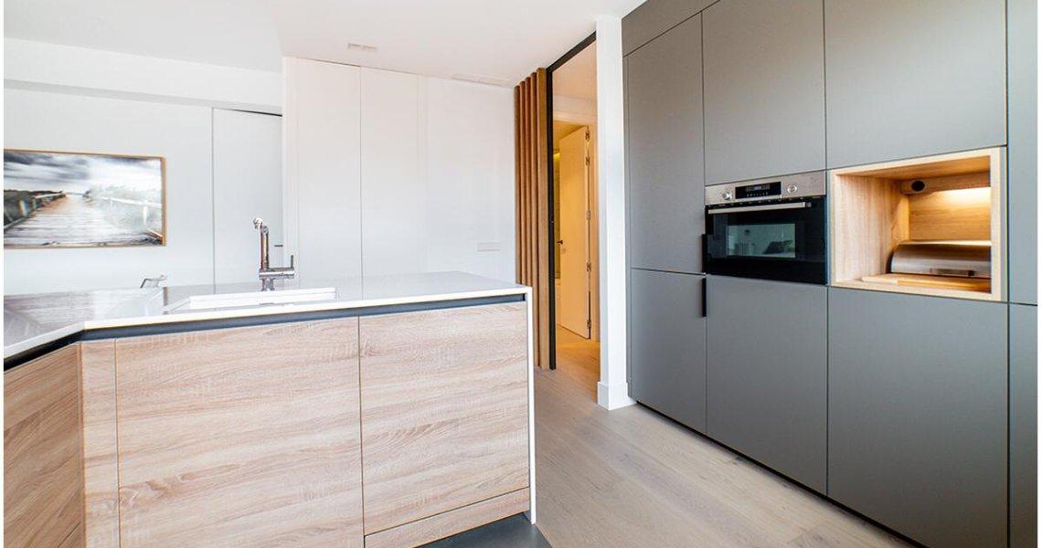 Cocina en blanco gris y madera de Santos Cocinas