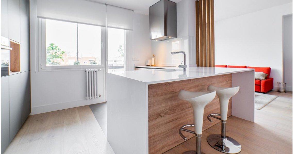 Cocina en blanco y madera con isla abierta