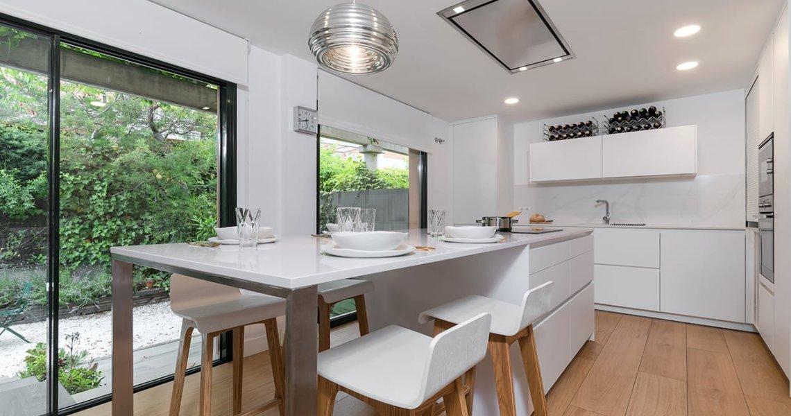 Cocina en color blanco con isla