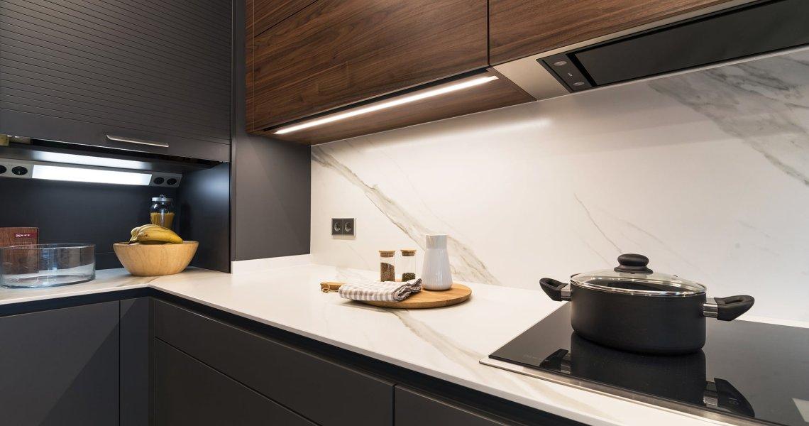 Cocina moderna color gris y nogal
