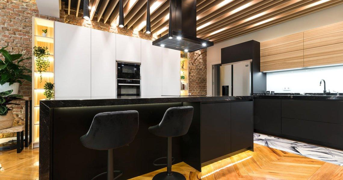 Cocina Moderna en Blanco, Negro y Madera