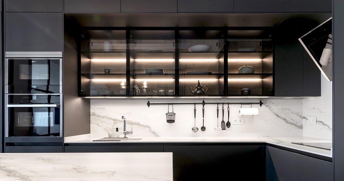 Cocina Santos Negra con Isla y Vitrinas vidrio ahumado y trasera roble rústico