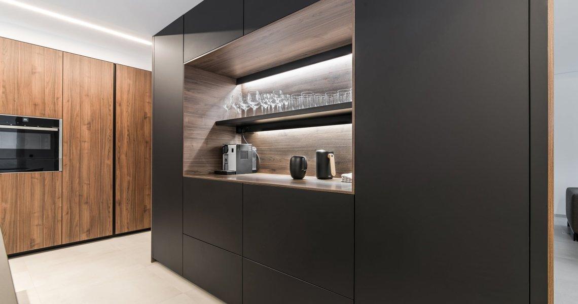 Cocina Santos muebles negros y nogal