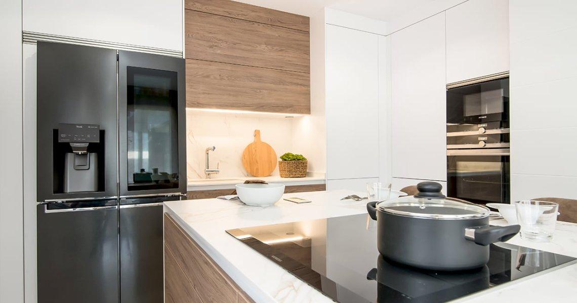Cocina Santos Blanco y Roble con Isla - Electrodomésticos Siemens y LG