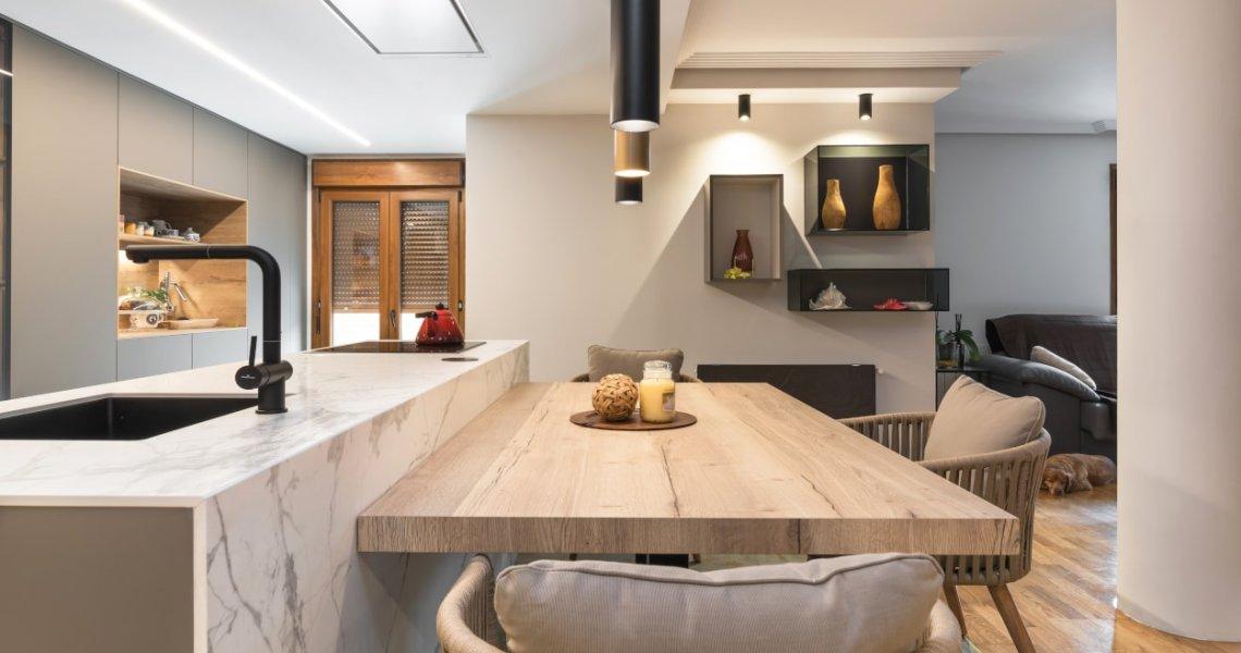 Cocina Santos gris con isla y mesa