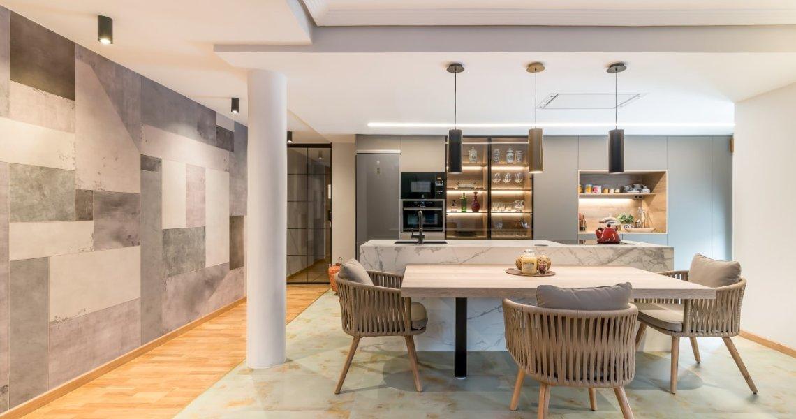 Cocina Santos gris con mesa y sillas Kave Home