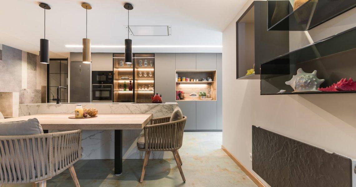 Cocina Santos gris con sillas Kave Home