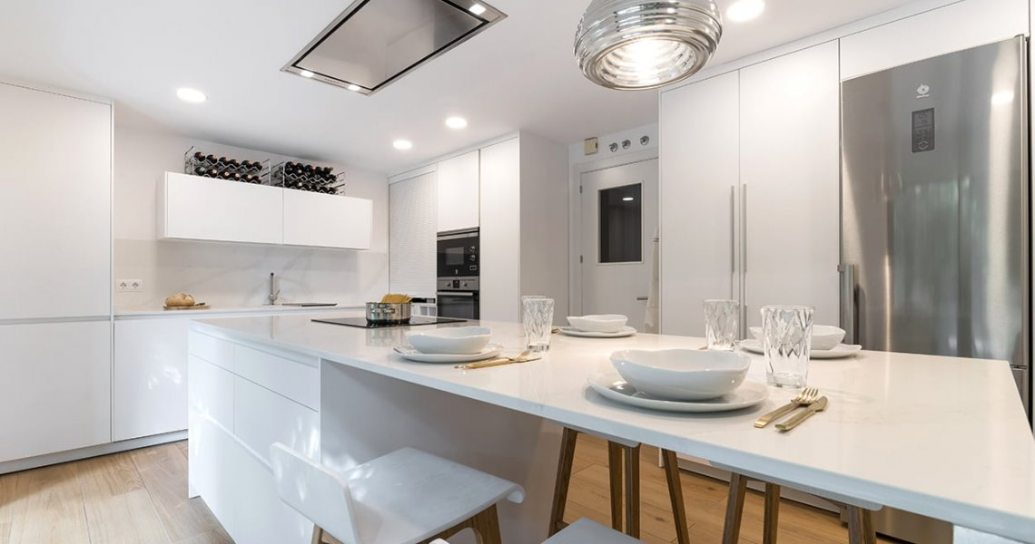 Elegante cocina blanca de Santos Cocinas