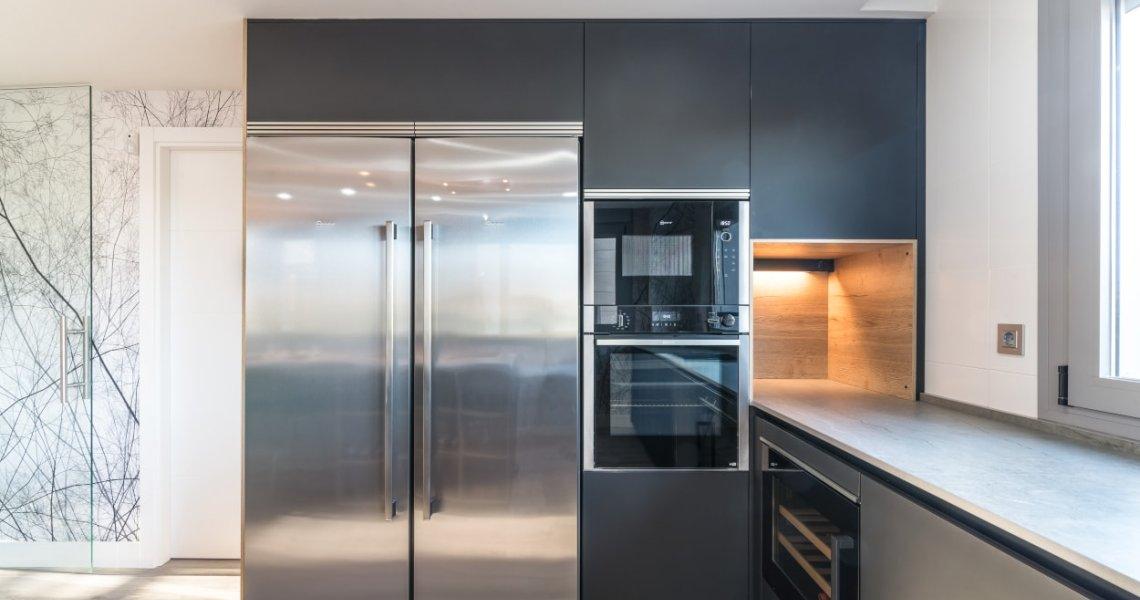 Frente columnas electrodomésticos en cocina Santos negra