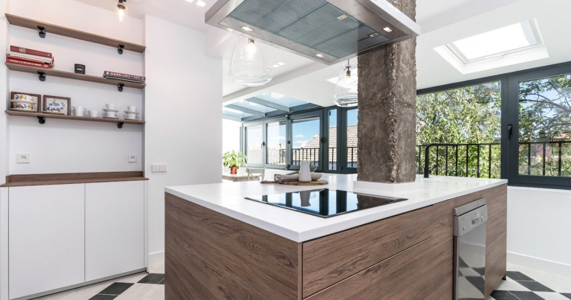 Isla central roble en cocina Santos
