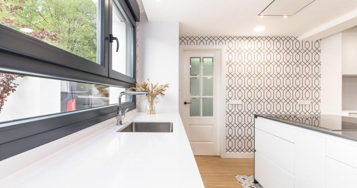 Isla con muebles bajos en cocina Santos blanca