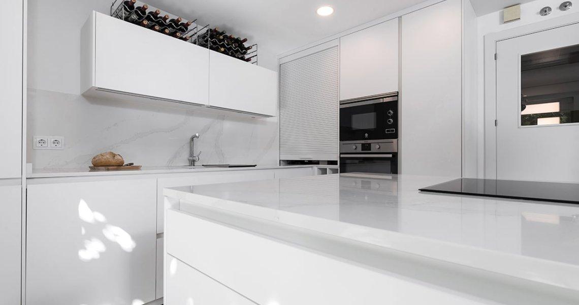 Isla de cocina blanca