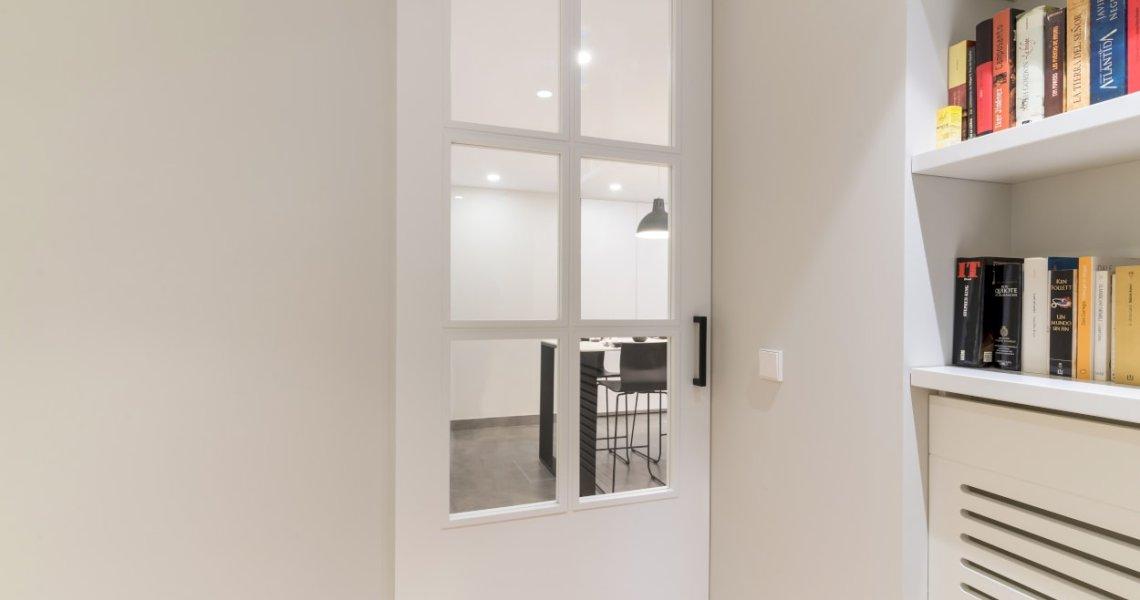 Puerta entrada cocina Santos blanca