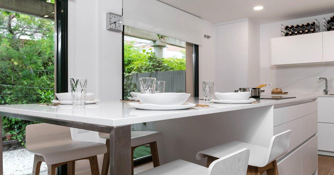 Zona de comedor cocina blanca
