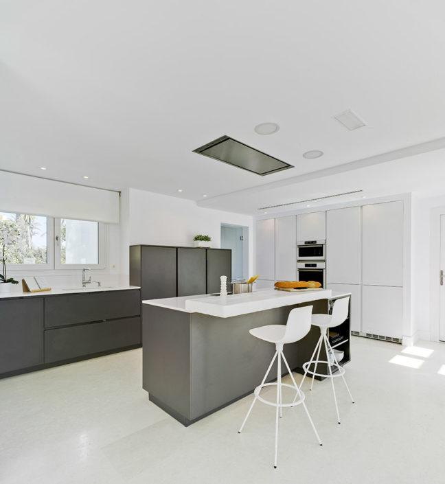 Muebles de cocina Santos en color gris antracita. Modelo Santos Intra-E + Line-L Gris Antracita + Blanco Polar