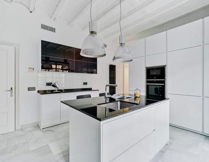 Cocina Santos Blanca con encimera negra - Modelo Line-L + Alum 01 Plus Blanco Seda + Vidrio negro