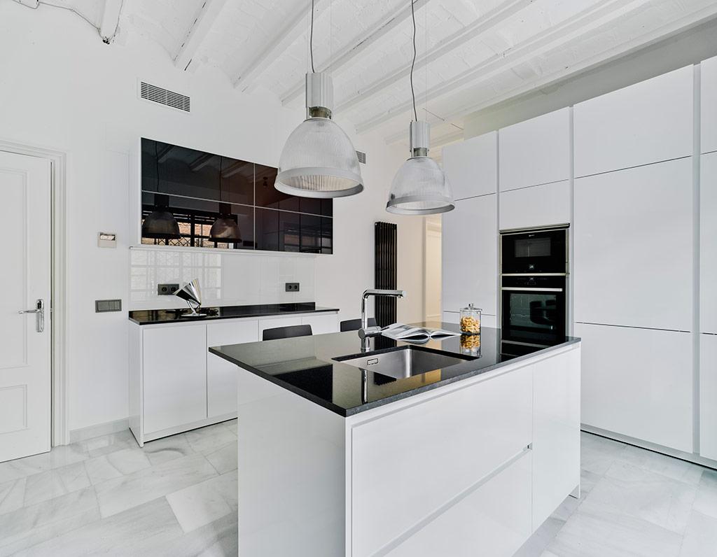 Modelo Santos Line-L + Alum 01 Plus Blanco Seda + Vidrio negro | Cocinas mobiliario