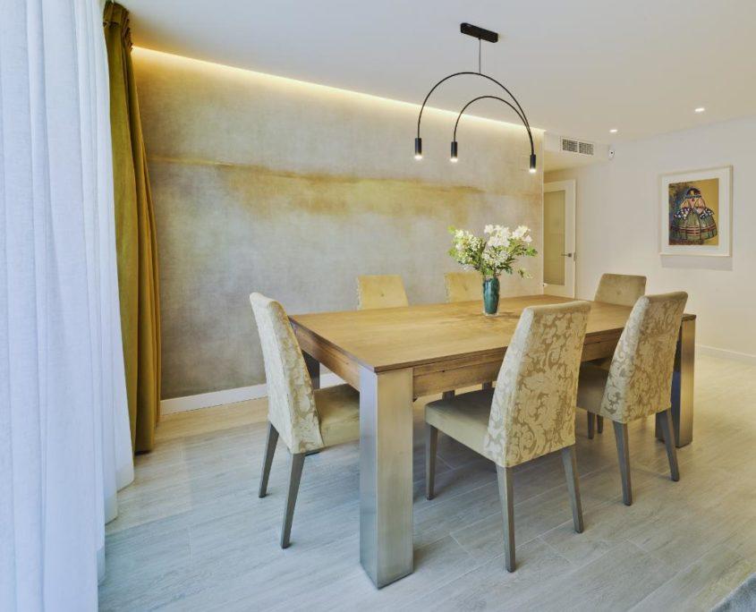 Salón con mesa y sillas vintage madera
