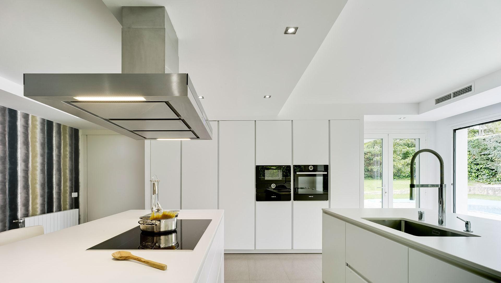 Cocina moderna blanca con dos islas