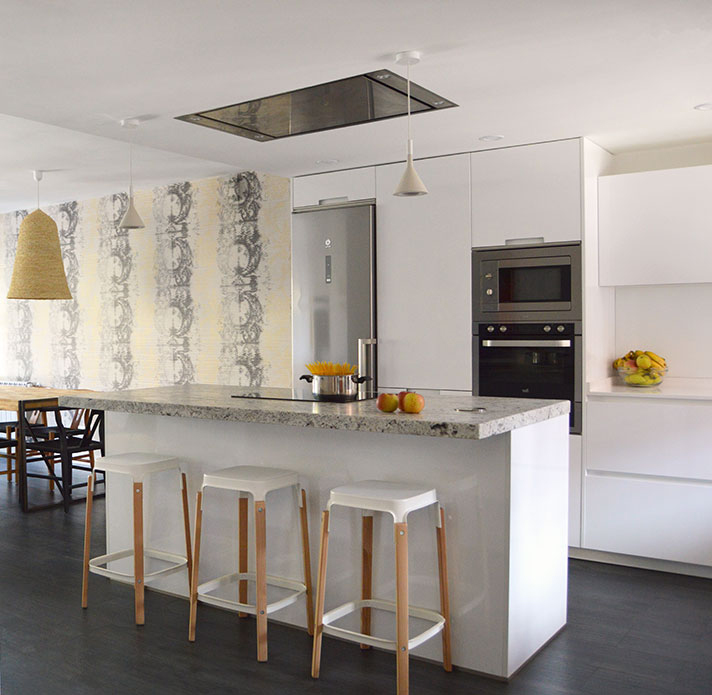 Cocina blanca rústica y moderna con encimera de granito