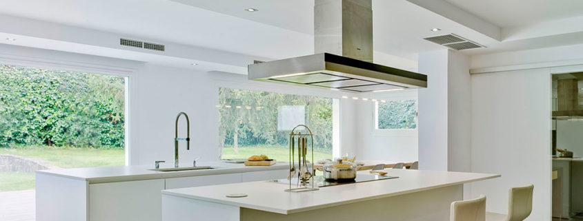 Cocina blanca moderna con dos islas