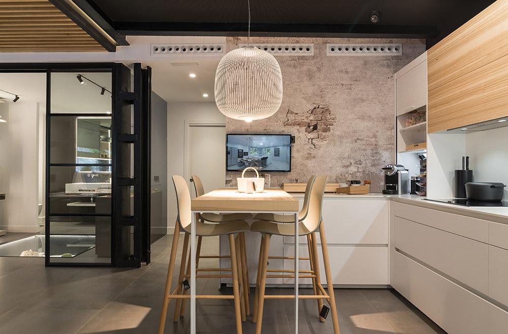 Cocina blanco y roble en tienda de cocinas en Madrid