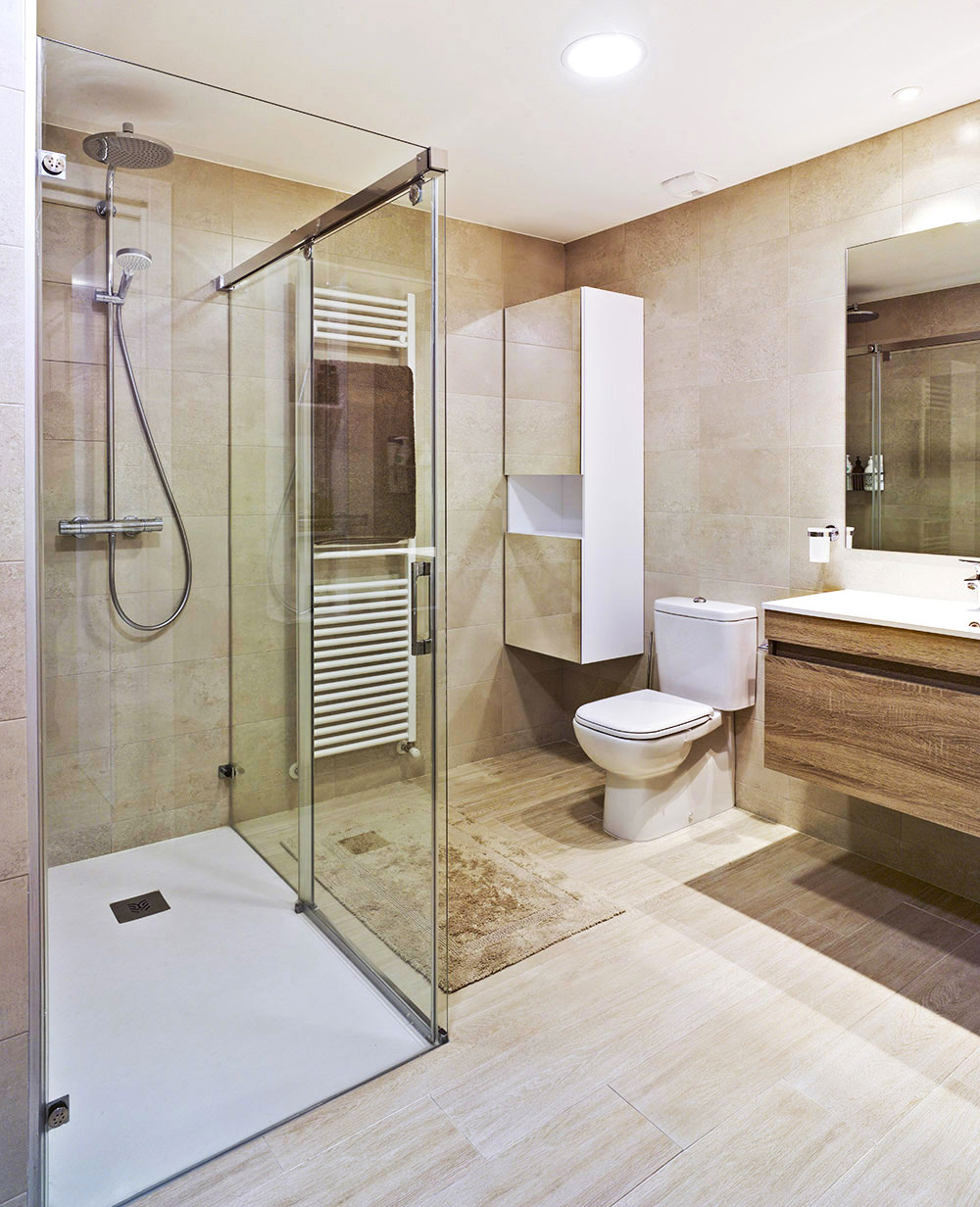 Baño de diseño en tonos tostados
