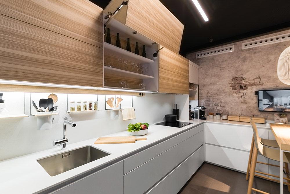 Cocina de diseño muebles blancos y madera