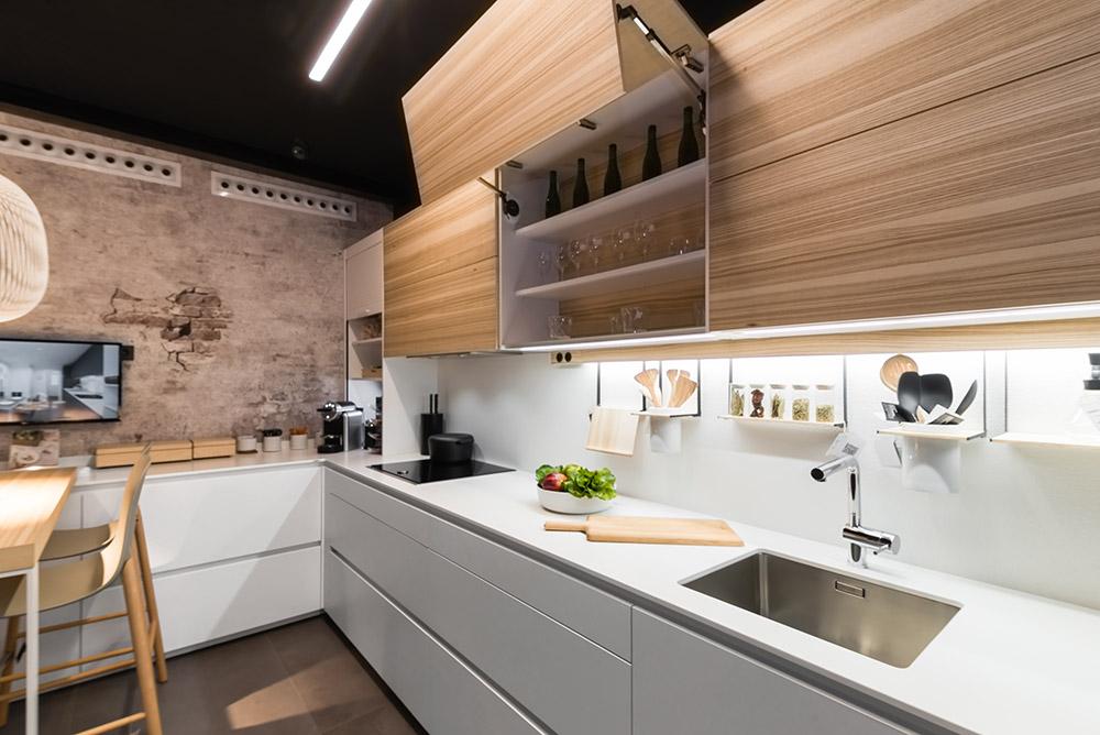 Cocina de diseño, muebles blancos y madera