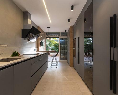 Cocina de diseño en color gris de Santos cocinas