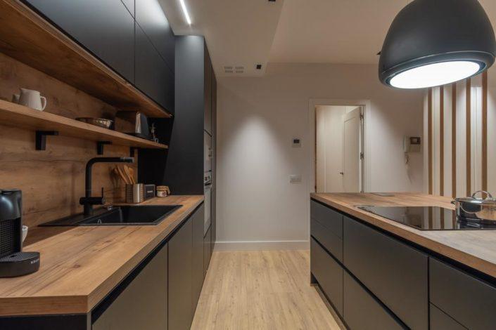 Cocina negra y madera roble