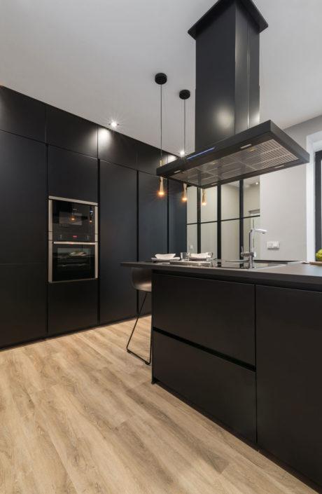 Cocina moderna en color negro con isla