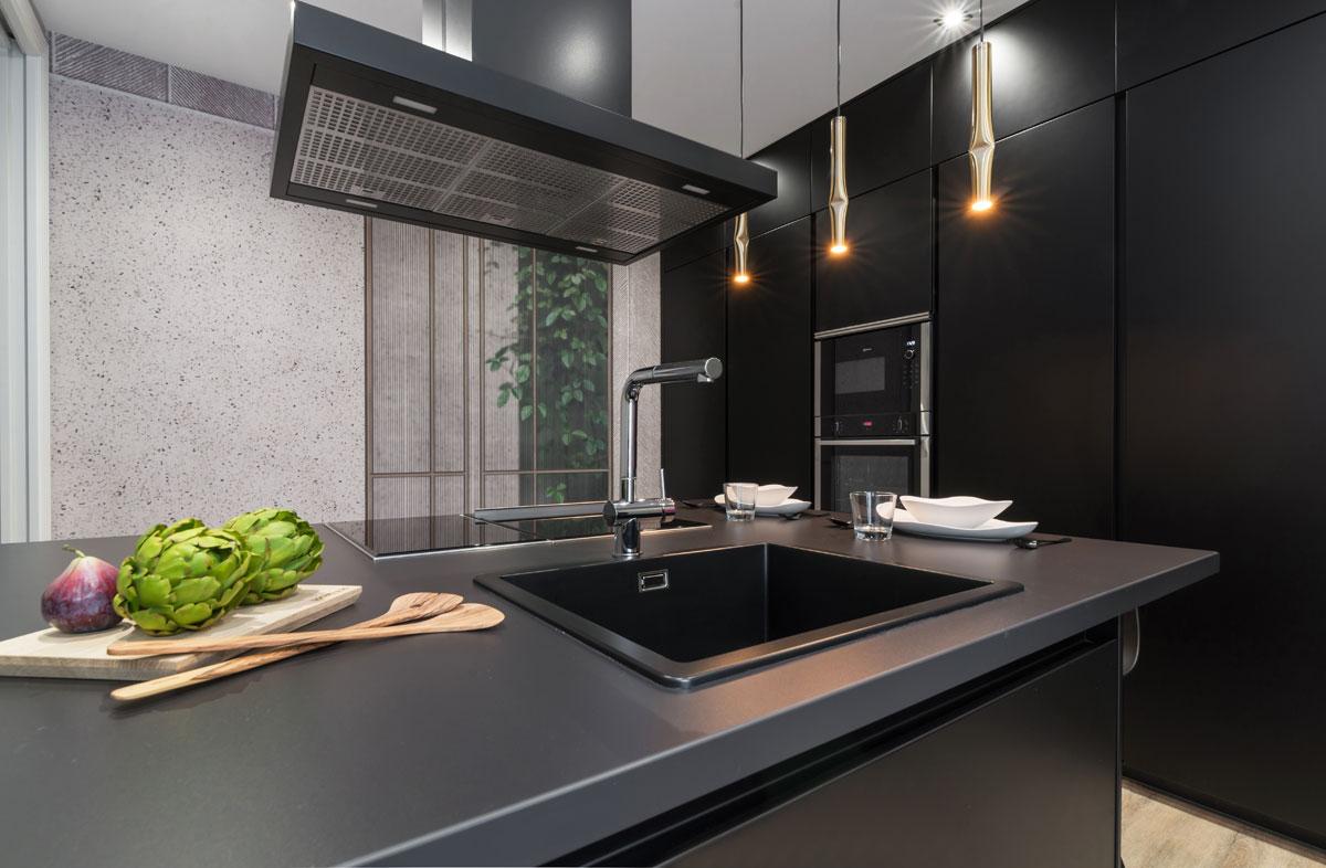 Fregadero en cocina de diseño con campana extractora