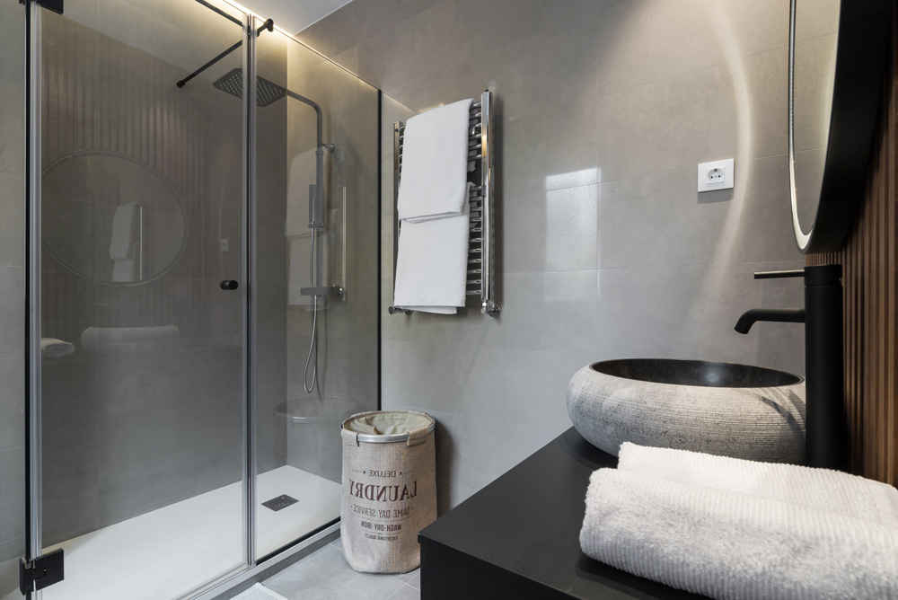 Cuarto de baño con ducha moderno