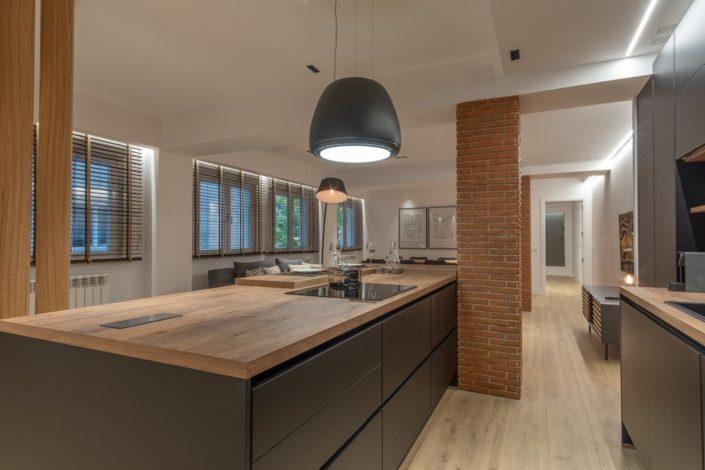 Cocina industrial negra y madera