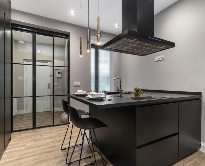 Cocina Santos en color negro con suelo de roble