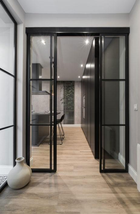 Puertas correderas en entrada a cocina