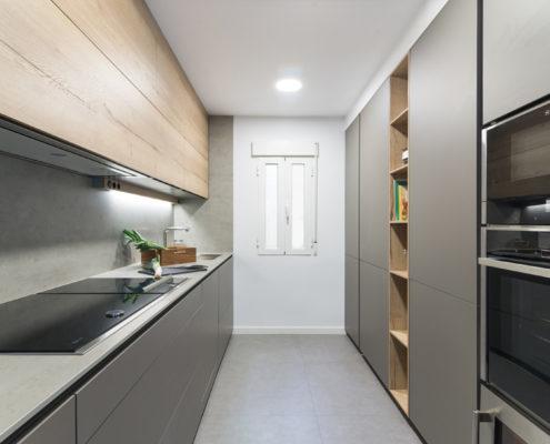 Cocina moderna en paralelo en color gris y madera