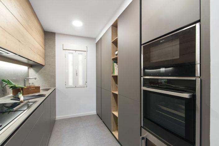 Cocina en paralelo gris madera, almacenamiento suelo techo