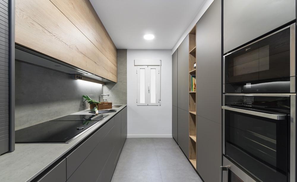 Cocina Santos gris y madera con frentes paralelos