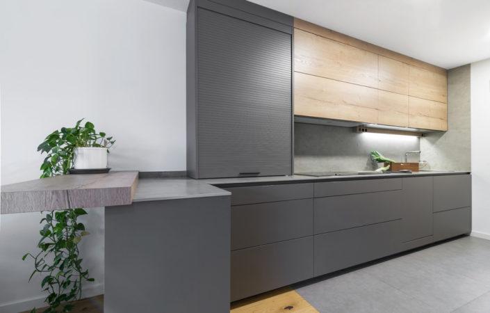 Frente de cocina moderna con barra